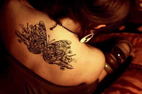 tatouage papillon graphique femme