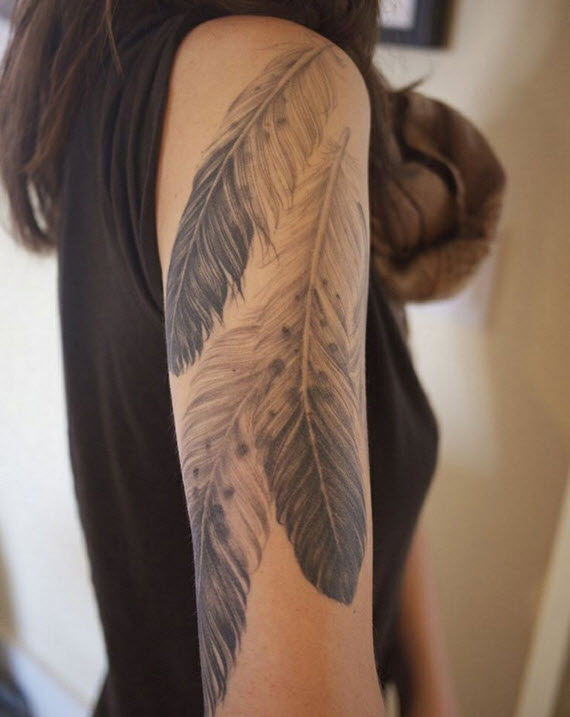 tatouage plume bras femme