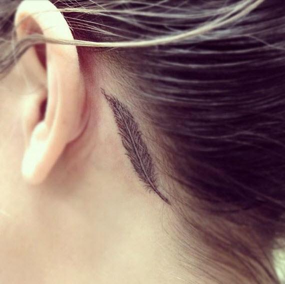 tatouage plume romantique