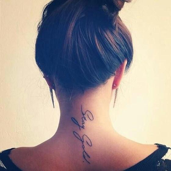 tatouage texte nuque