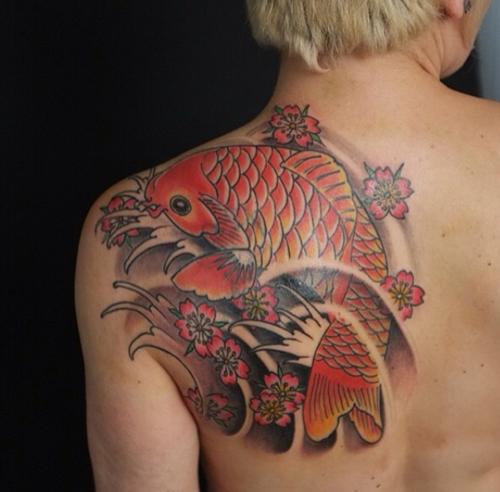tatouage carpe koi haut du dos 2