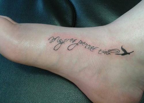 tatouage-pied-ecritures
